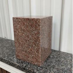 Urne en granit carré rose vermillon, tout poli
